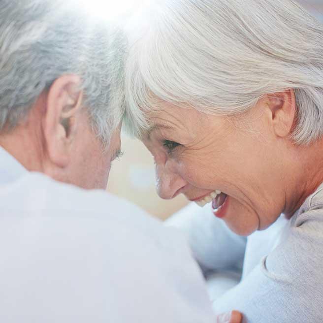 Възрастна двойка се смее