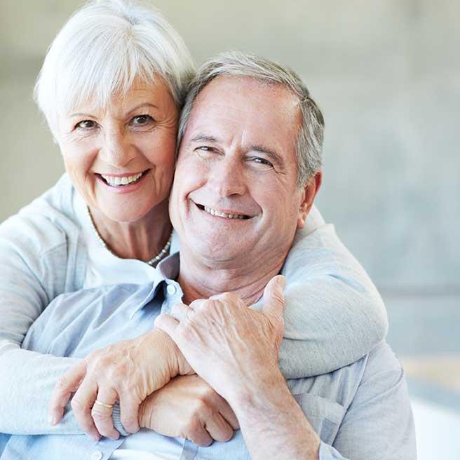 Усмихнати възрастни хора. Протефикс